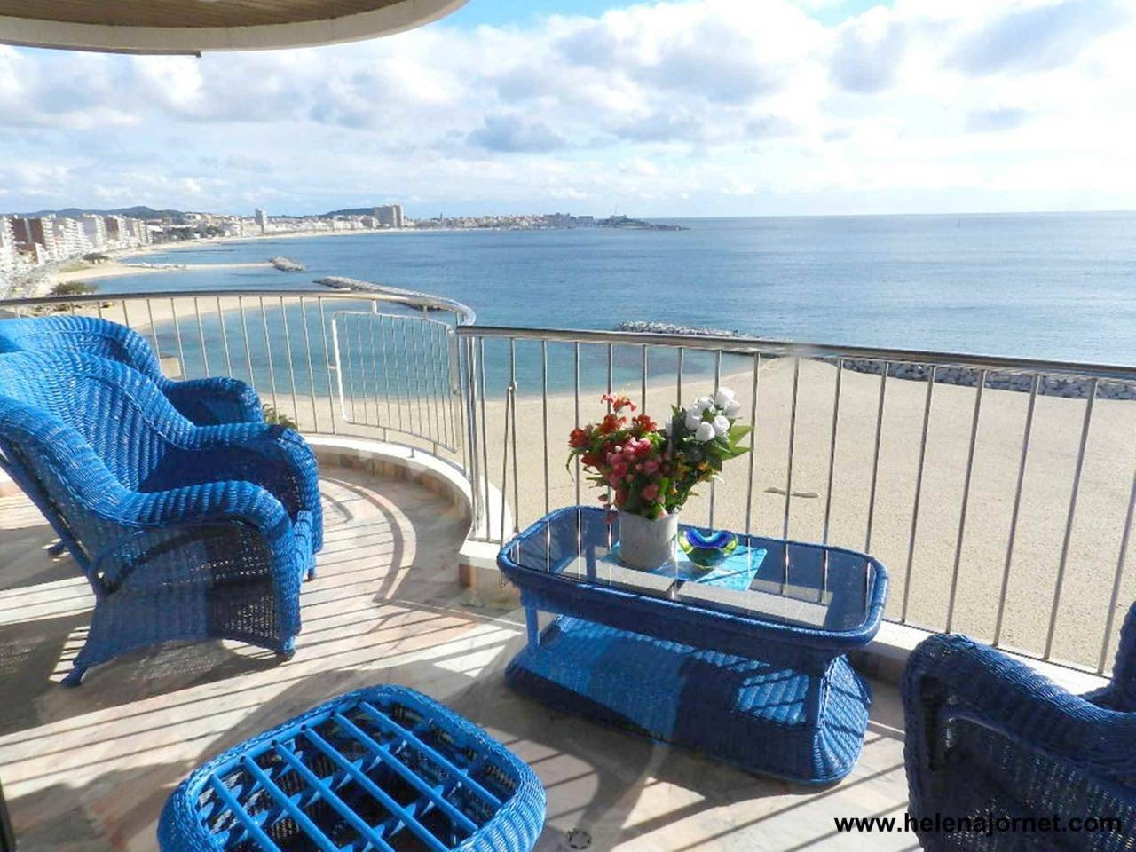 Duplex in front of the beach with spectacular sea views - 1006