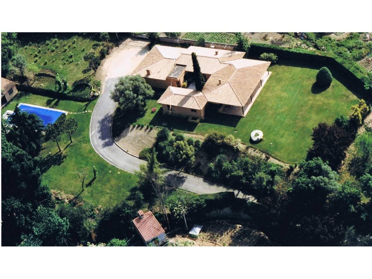 Casa con amplios espacios y un gran terreno - 1007