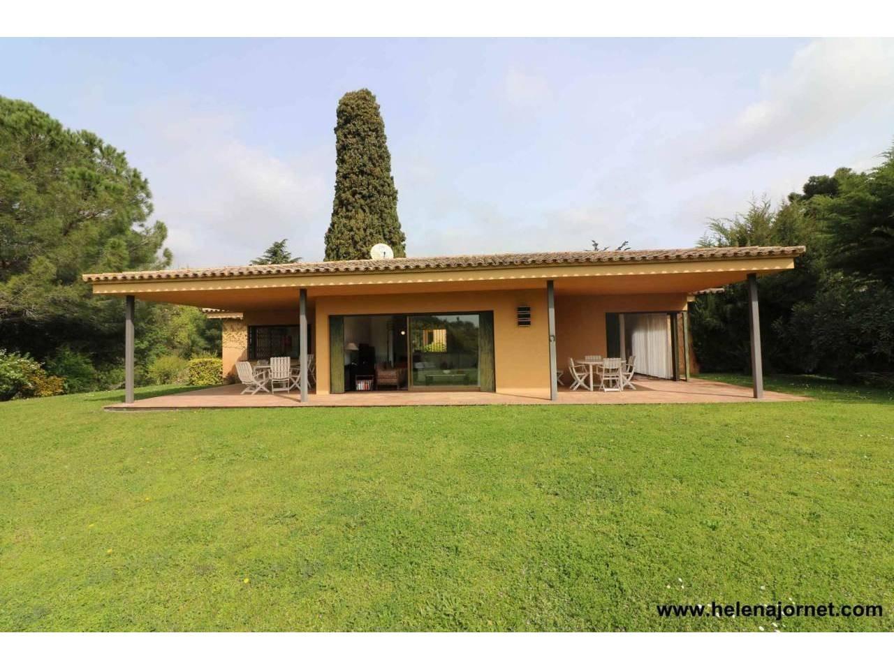Casa con amplios espacios y un gran terreno - 3450