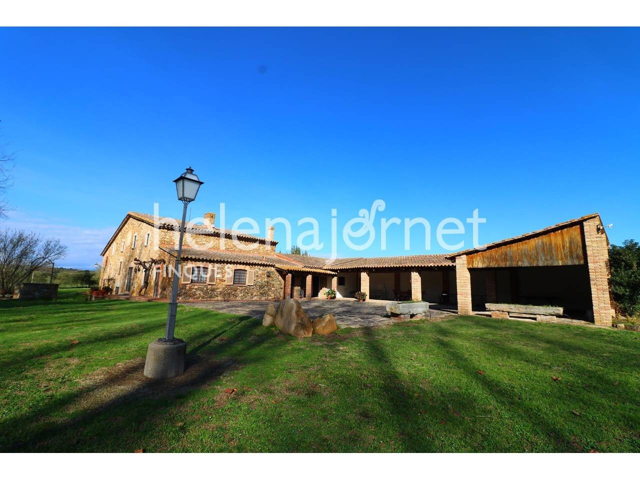 Excellent rustic estate with a renewed 563 m2 farmhouse and 4.8 hectares of land. - 1577