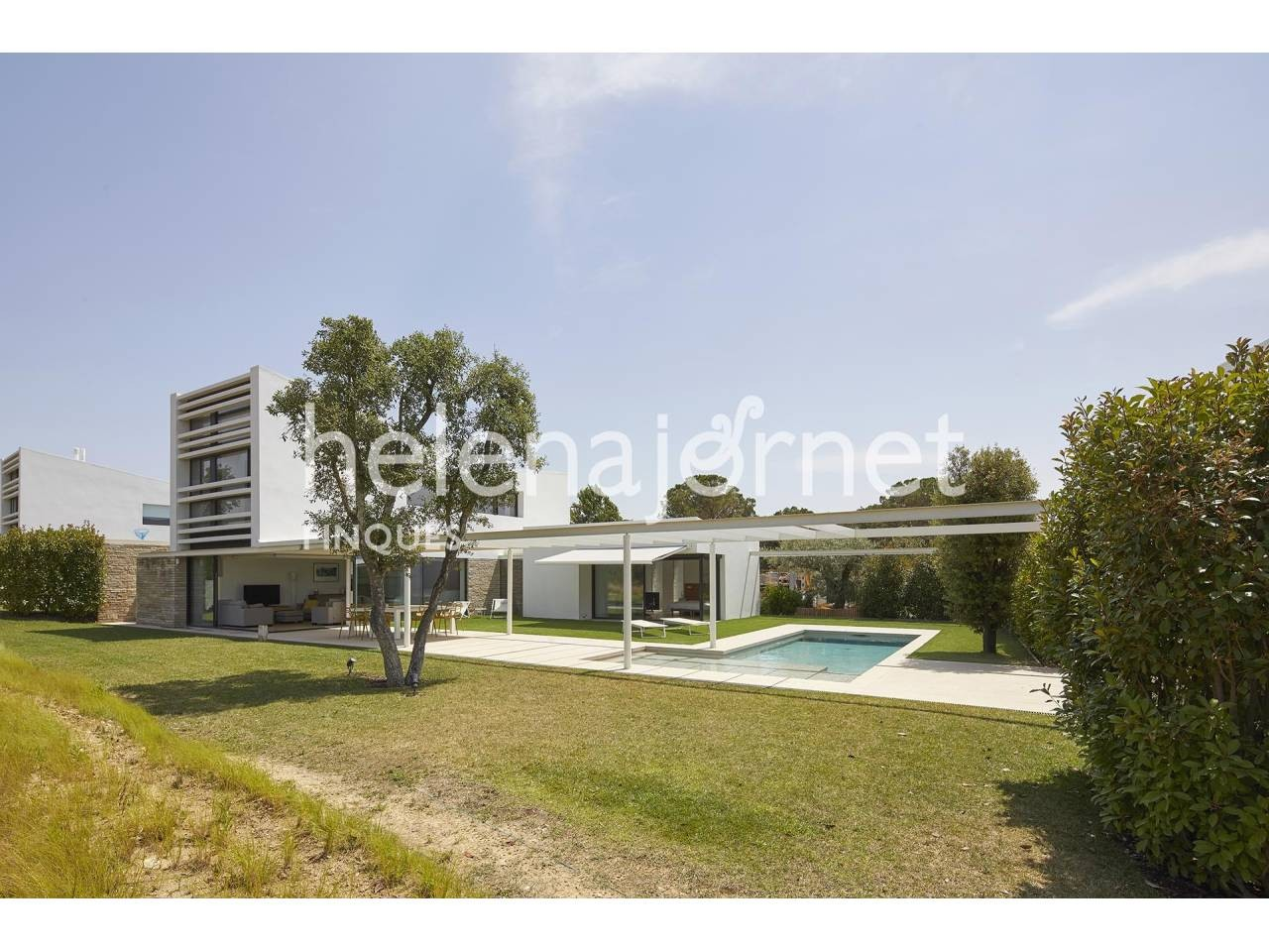 House with a contemporary and unique design with garden and pool - 1523
