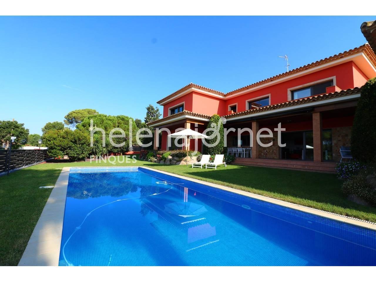 Fantástica y luminosa casa con jardín y piscina en Santa Cristina d´Aro - 3516