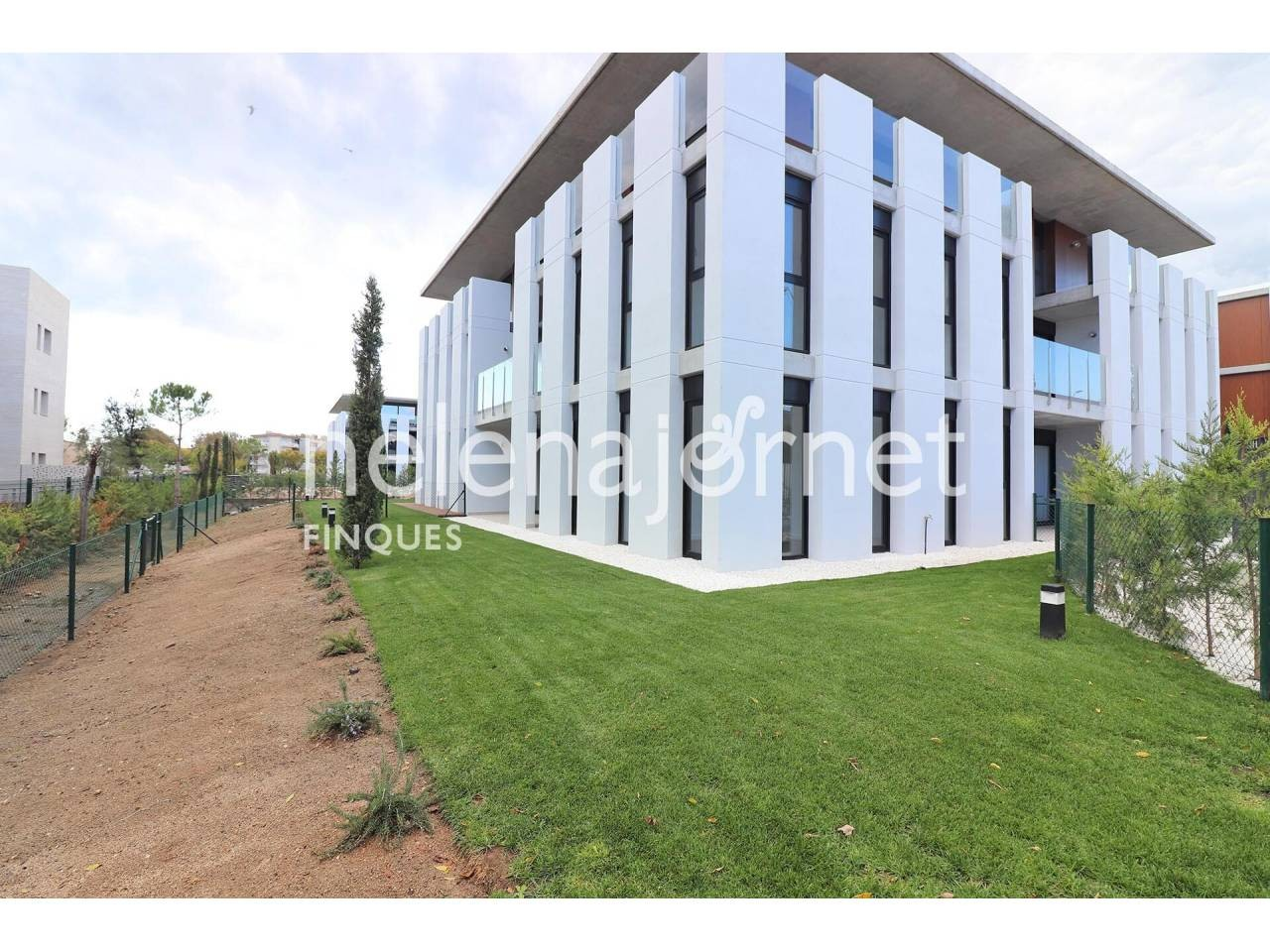 New and modern apartment with private garden and community pool - 1350