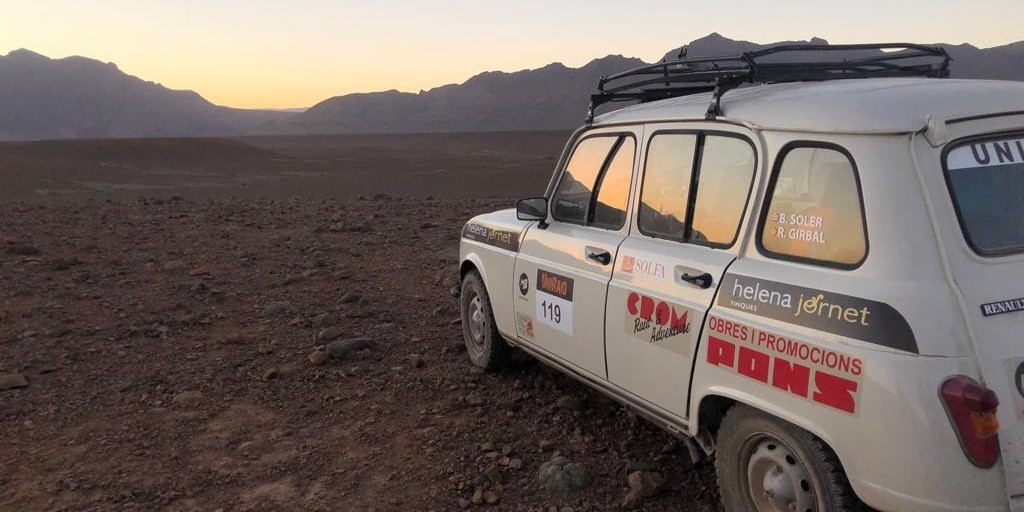 Two students go across the Morocco Desert with a 1986 car with the sponsor of Helena Jornet #UniRaid2019